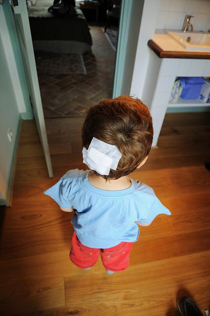 Pansement sur la tête d'un enfant