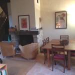 La salle à manger et la cheminée